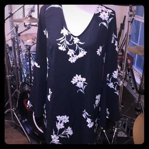 💐 NWT Floral dress with bell sleeves